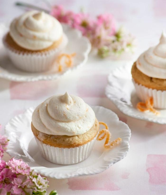 idée de cupcakes avec topping de crème à l orange, idée de recette de paques, repas de paques