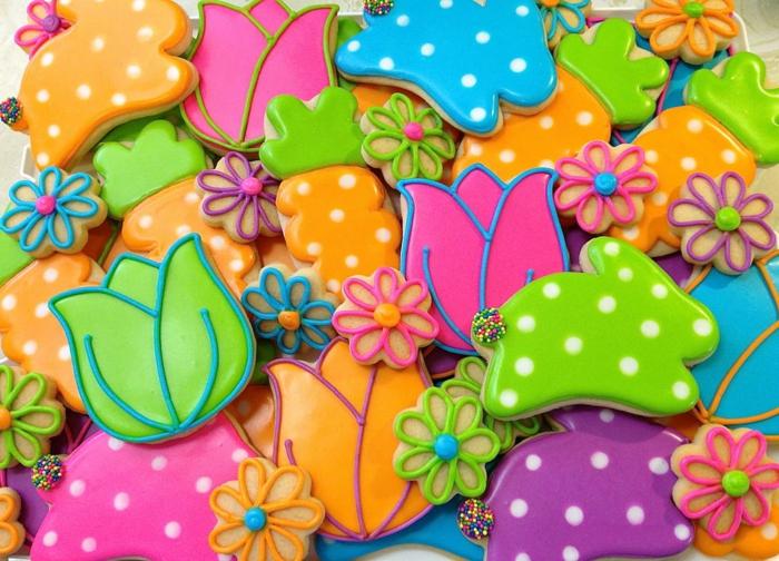 recette de paques, glacage au chocolat, motif carottes, tulipes, fleurs et lapins de paques, dessert coloré