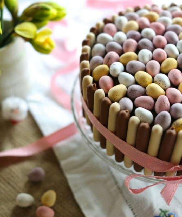 une interprétation du nid de paques, gateau de paques avec biscottes en bordure et oeufs de paques au chocolat pour topping