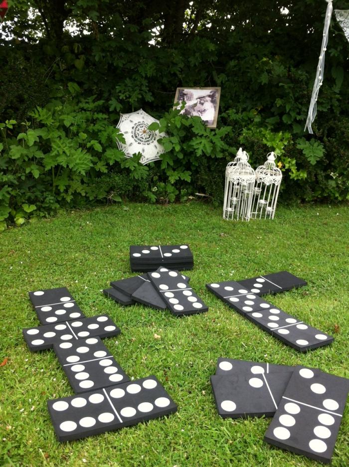 home staging conseils, espace extérieur, coin de loisir, cages à oiseaux, jeux de domino