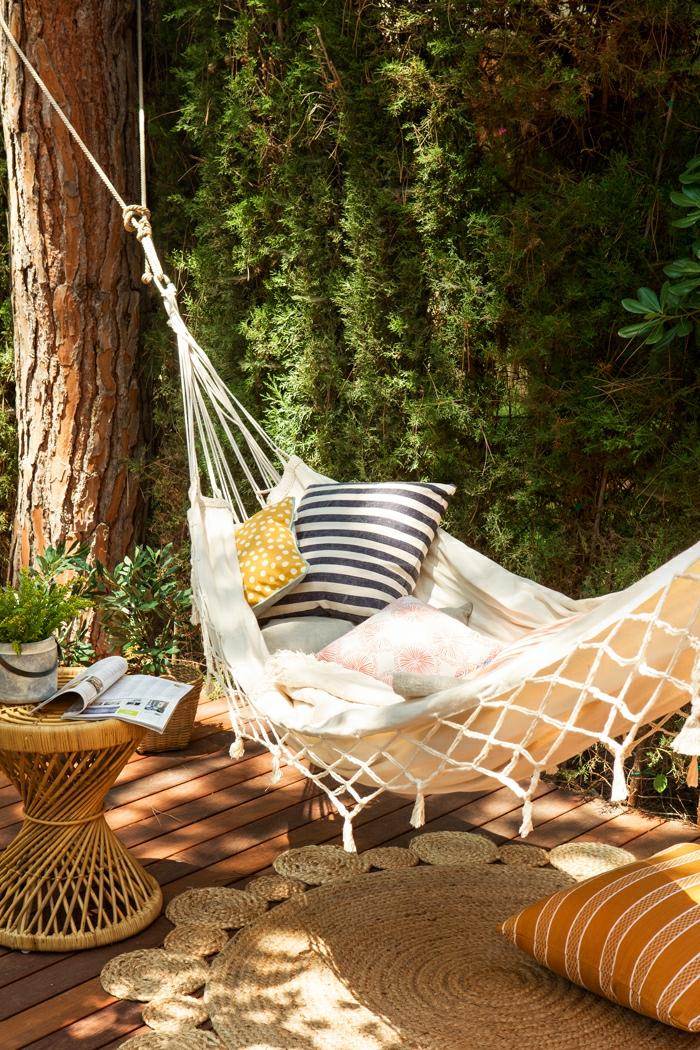 homestaging, décoration de jardin, hamac en corde, coussin en blanc et noir, tapis beige