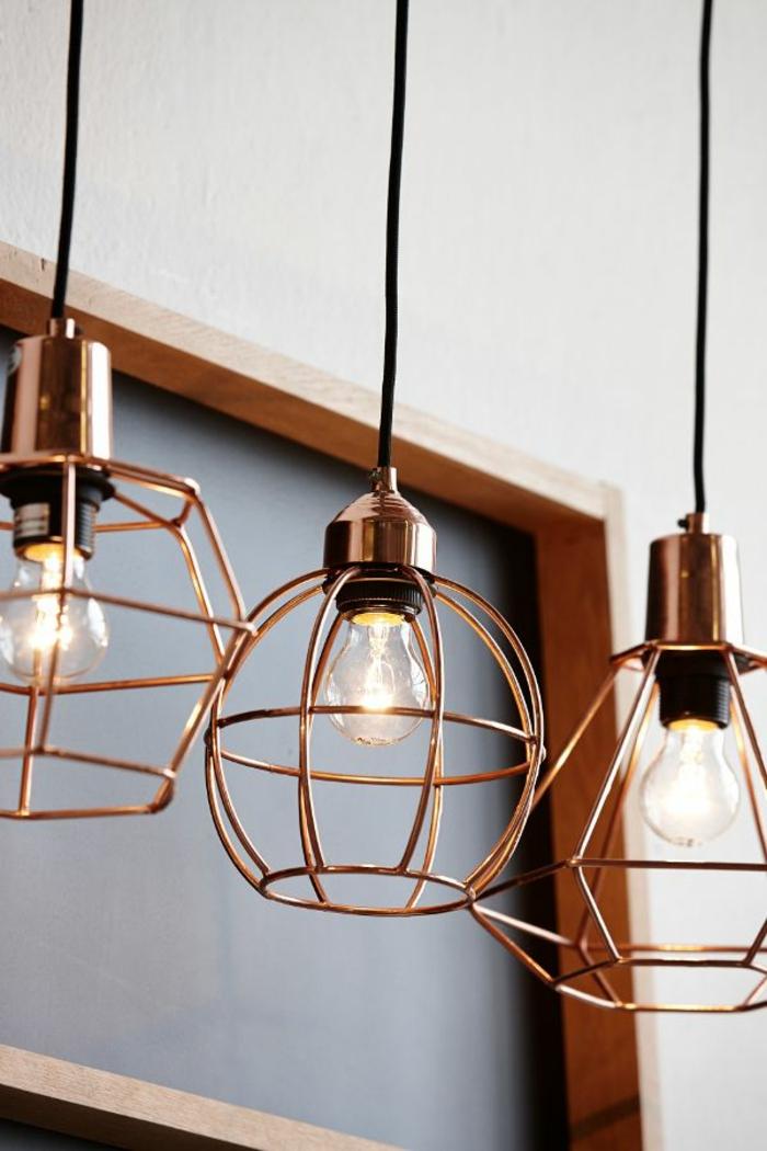home staging conseils, décoration du salon, lampes suspendues en imitation cuivre, tableau de notes en bois