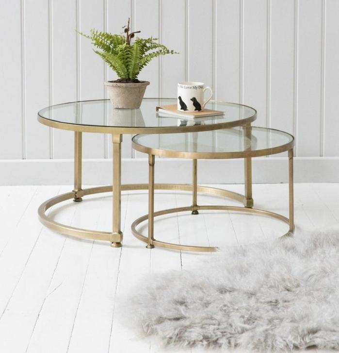 formation home staging, plante verte, table ronde en verre et métal, tapis gris moelleux, murs en bois peint en blanc