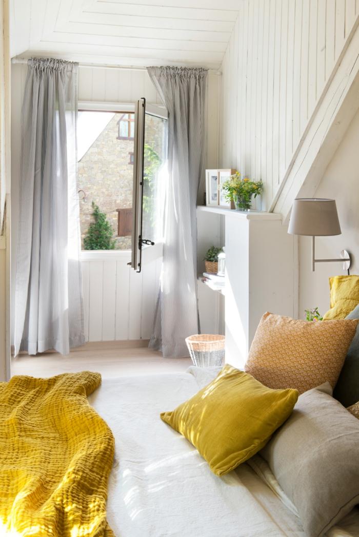 home staging conseils, chambre à coucher blanche, plafond en bois, lampe en taupe poudré, panier en paille diy