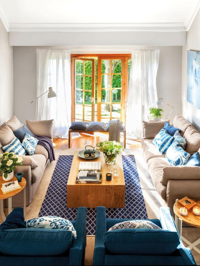 home staging conseils, canapé en taupe, portailles vers le jardin, peinture en bleu, rideaux blancs