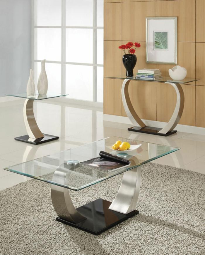 homestaging du salon, tapis gris moelleux, table en verre et métal, mur beige, vase noire, vase blanche, livres