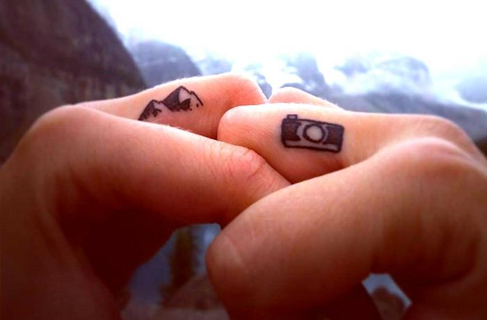 un tatouage sur les doigts qui inspire l'évasion, tatouage minimaliste et inspirant