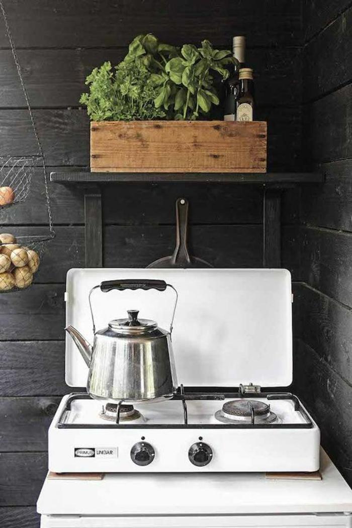 aménagement ingénieux d'une cuisine d'été sommaire, réchaud à gaz