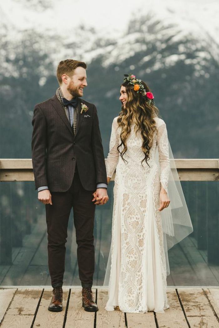 une robe de mariée dentelle de style bohème chic, coiffure couronne de fleurs avec voile