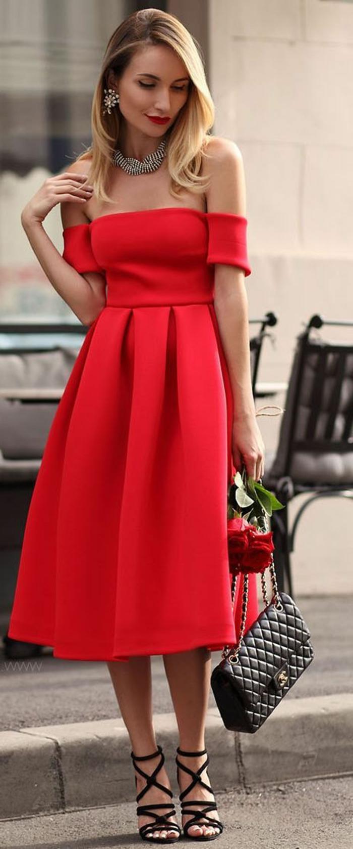 tenue chic robe en couleur corail aux épaules dénudées avec collier et boucles d'oreilles assorties