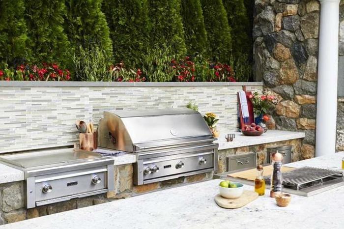 cuisine d'été en pierre naturelle et une crédence en pierre de parement