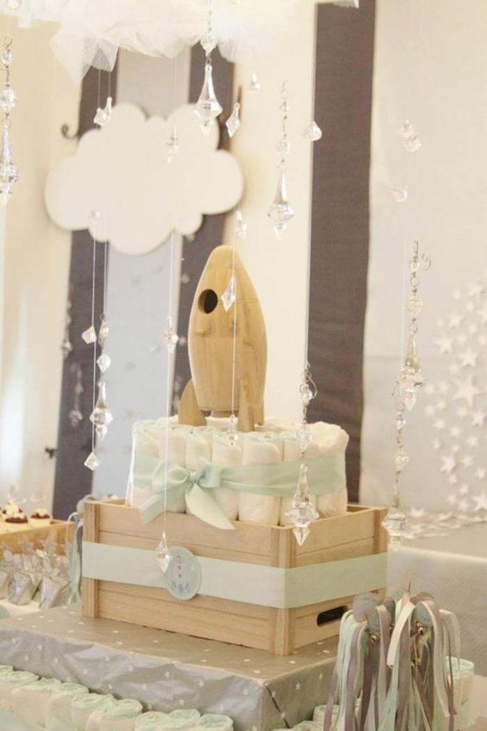 une décoration baby shower sur le thème espace, idée déco avec des couches bébé