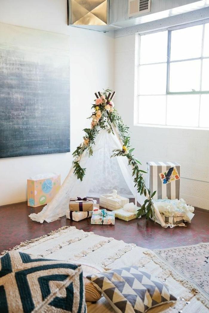 une décoration baby shower dans un esprit rustique, espace pour les cadeaux avec tipi