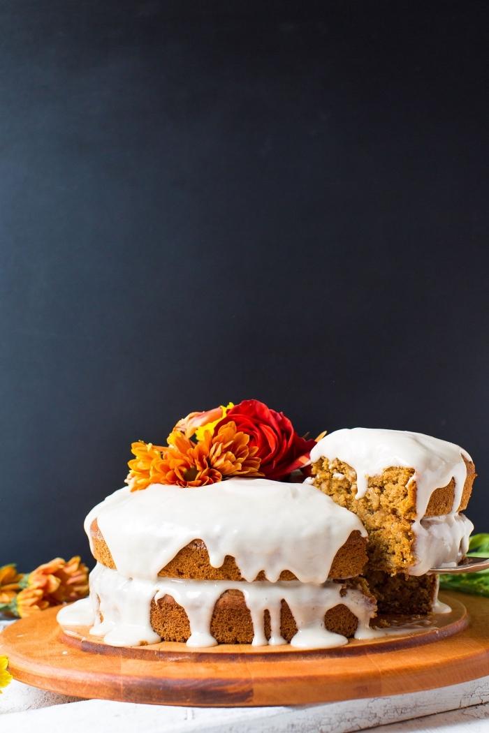 comment décorer un gâteau fait maison avec fleurs fraîches, idée gâteau sans oeufs aux compotes de pommes