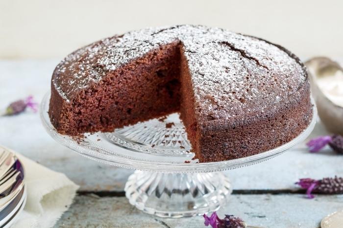 faire un gâteau au chocolat sans produits laitiers et sans oeufs, recette végétalien facile et rapide sucrée, gâteau moelleux chocolat