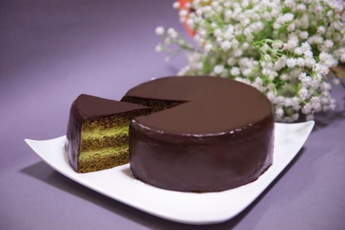 recette gateau sans oeuf, faire un gâteau d'anniversaire au chocolat et matcha, dessert avec matcha sans oeuf