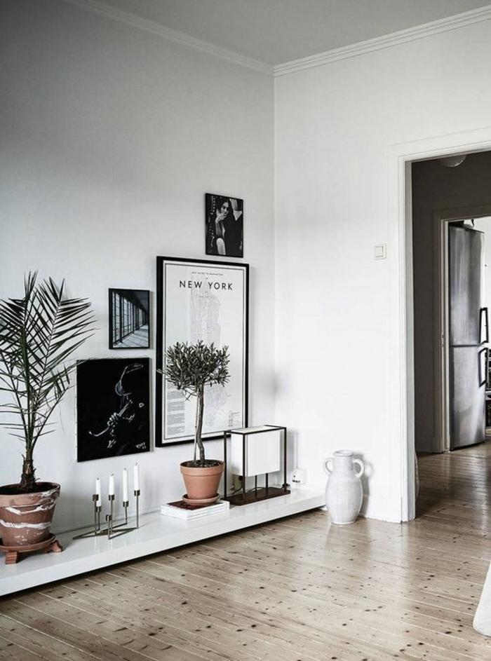 intérieur minimaliste, décoration sur une plateforme blanche, sol en bois