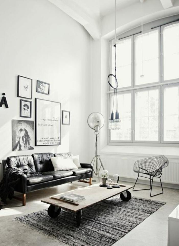 intérieur minimaliste, canapé en cuir, table sur roulettes, grande fenêtre