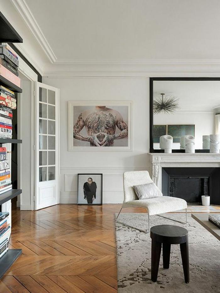 intérieur minimaliste, salon moderne, cheminée murale, grand miroir et parquet