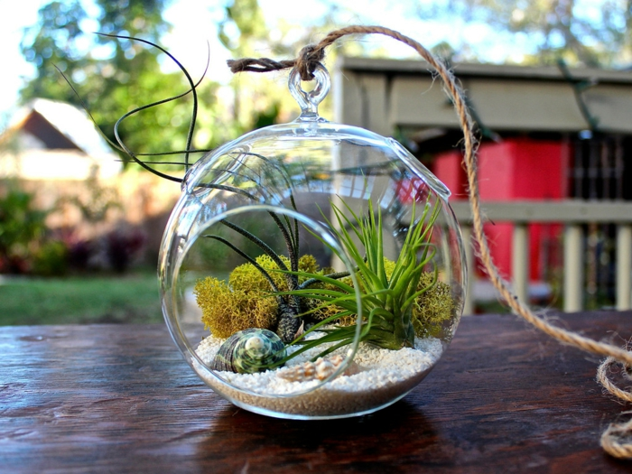 boule en verre à suspendre, diy décoration pour le jardin, table en bois, longue corde