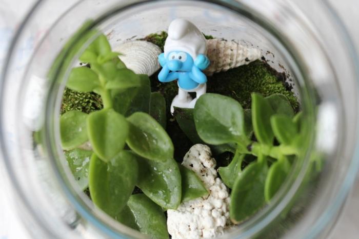 plante en bocal fermé, figurine décorative smurf, terrarium suspendu