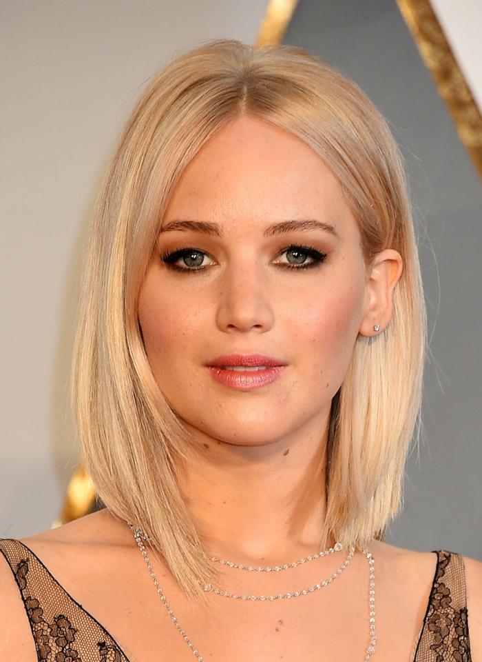 jennifer lawrence, coupe de cheveux carré plongeant, couleur blond cendré, coupe de cheveux feminine, chic, robe stylé