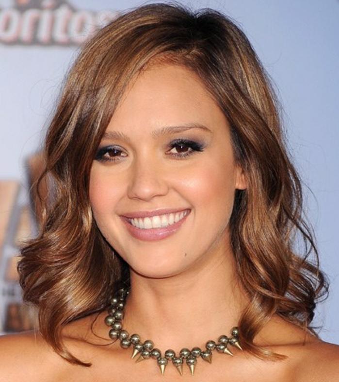 jessica alba, coupe de cheveux visage ovale, carré plongeant, boucles legeres, cheveux marron, coupe de cheveux femme tendance