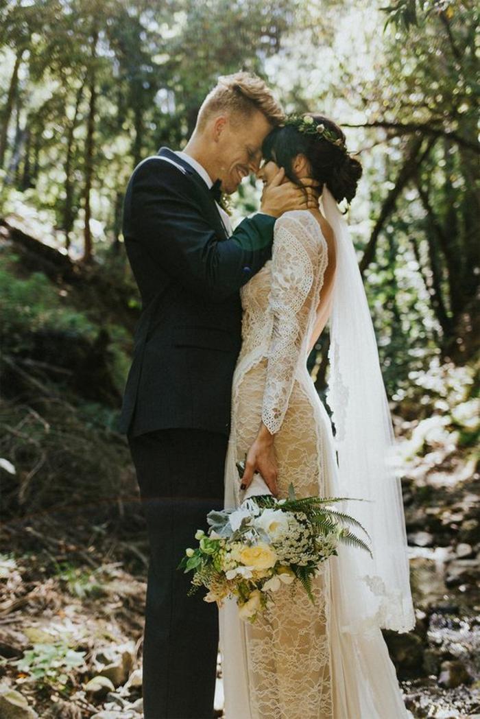 jolie robe de mariée dentelle pour un mariage bohème chic, robe élégante à dos décolleté