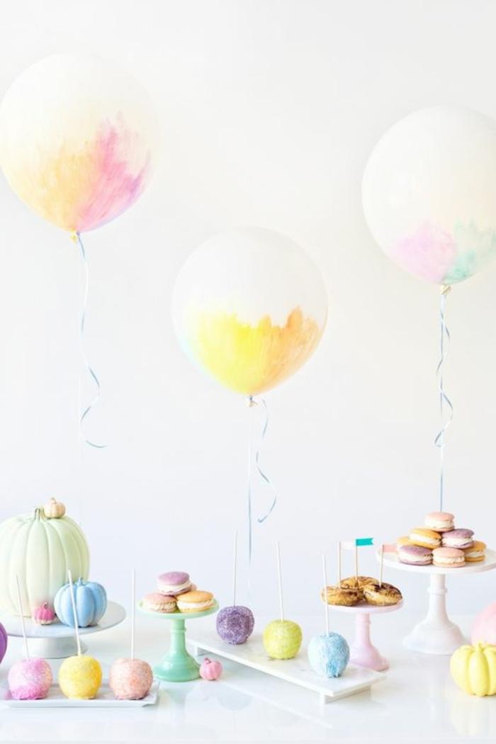 comment décorer une baby shower fille, des ballons peints aux couleurs pastels
