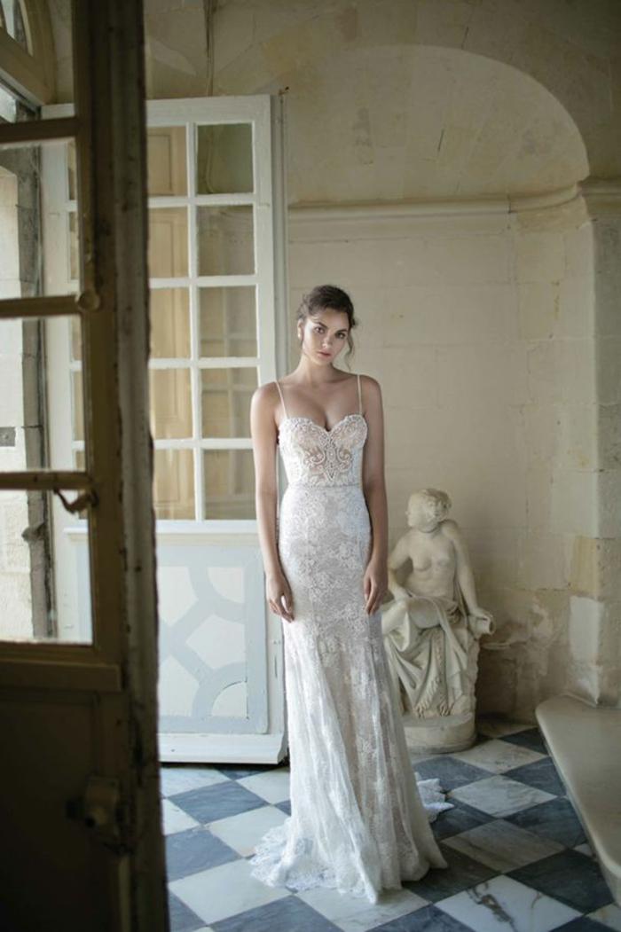 une robe mariée à bustier cœur et fines bretelles, robe de mariée vintage de type sirène