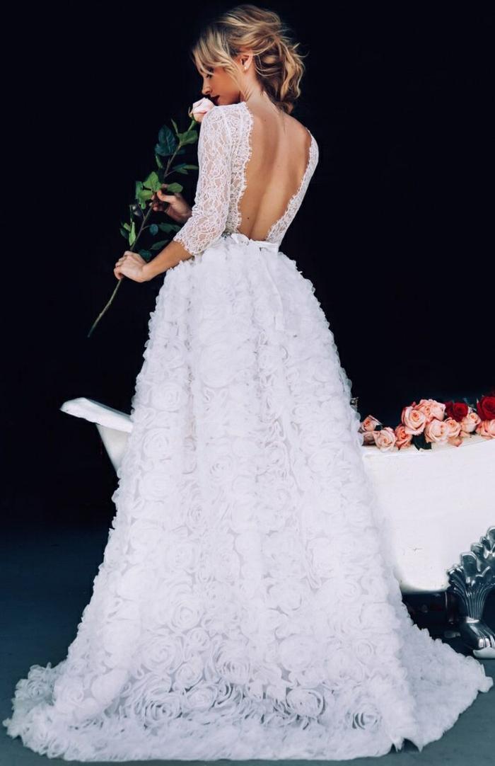 une robe de princesse, tendance dos décolleté et dentelle, robe de mariée manche dentelle