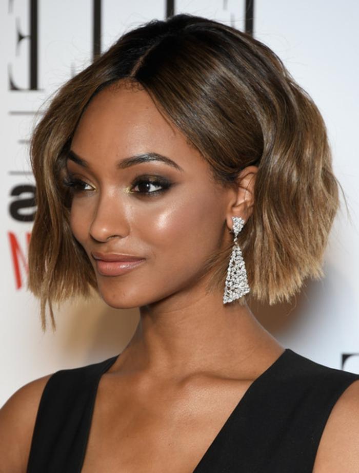 jourdan dunn, coupe carré court, cheveux volumineux, idée coiffure femme afro, balayage, robe noire, coupe de chevex tendance