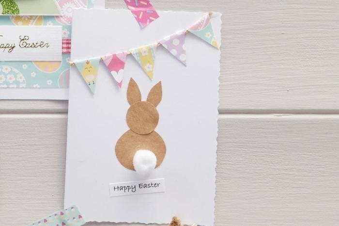 carte de paques facile à réaliser, lapin de paques en papier kraft, petit guirlande en papier, triangles multicolores,