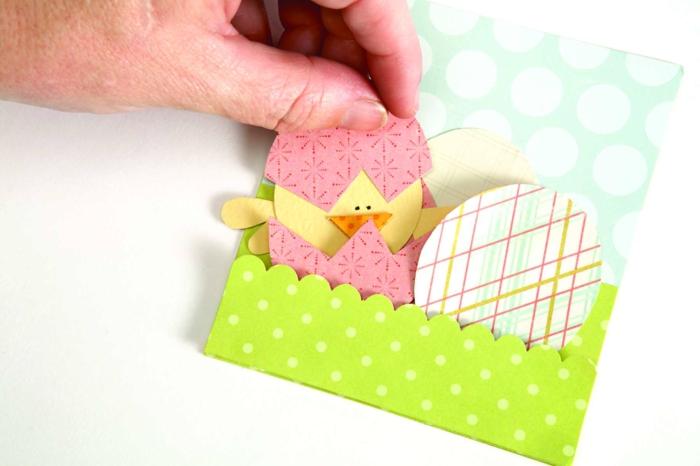 carte de paques, enveloppe verte à motifs points, motif oeuf de paques, poussin de paques jaune, motifs fleur et géométriques