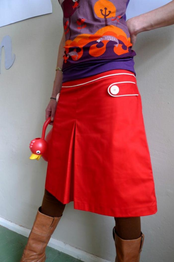 jupe trapèze en rouge aux détails en blanc avec fausse fente