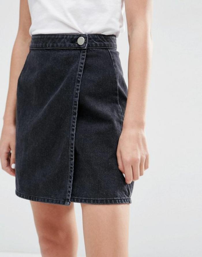 jupe jean trapeze en noir avec un seul bouton sur la taille type portefeuille