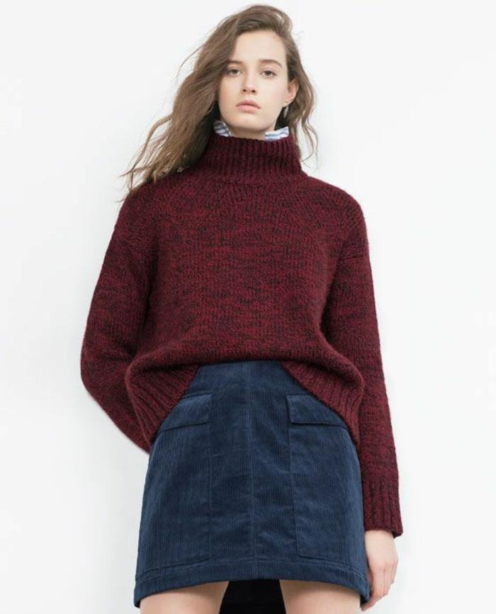 jupe trapeze en velours bleu Zara avec un pull épais en bordeaux