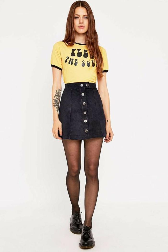 jupe trapèze noire aux six boutons devant avec T-shirt jaune au message