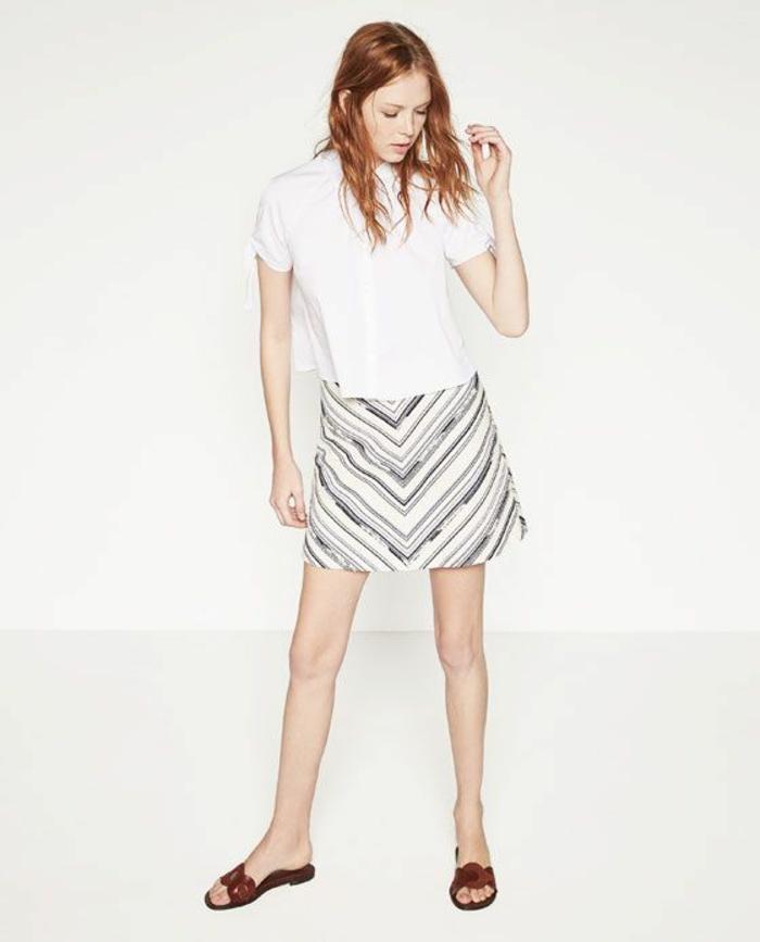 jupe trapeze aux rayures effet miroir mini portée avec des sandales et un top blanc