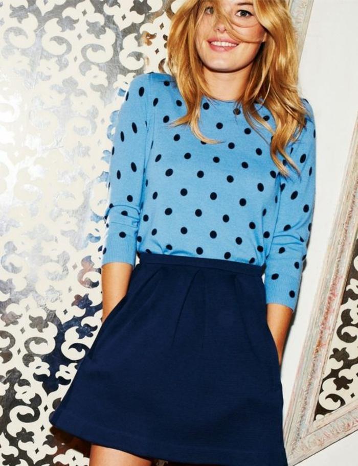 jupe forme trapèze en bleu marine portée avec blouse bleu pastel à pois