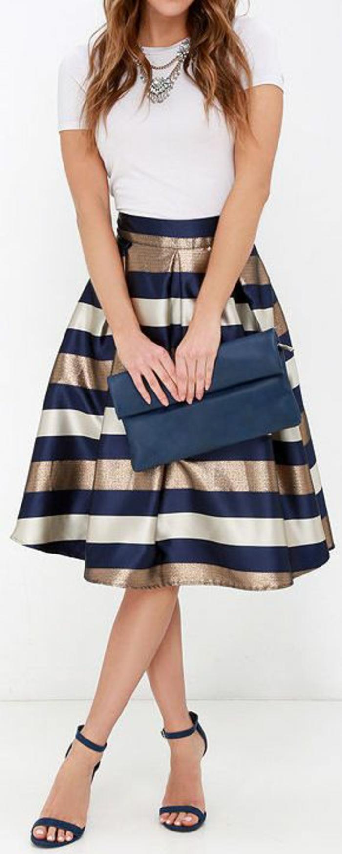 jupe trapèze taille haute en bleu, blanc et doré avec un top blanc manches courtes
