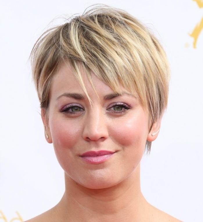kaleu cuoco, coiffure moderne balayage blonde, idée coupe de cheveux visage ovale, coupe courte avec frange