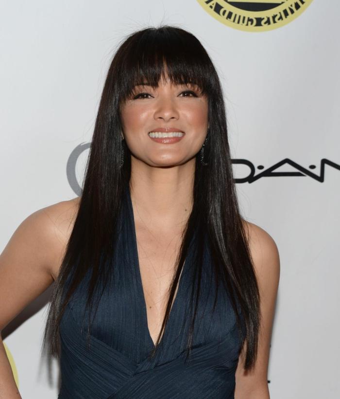 cheveux noirs longs lisses, frange, changer de coupe de cheveux, robe bleue, kelly hu, coiffure simple et stylée