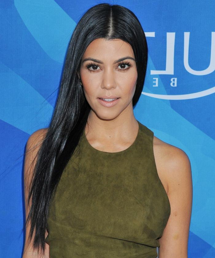 cheveux noirs lisses, coupe pour visage carré classique, changer de coupe de cheveux, robe velours verte
