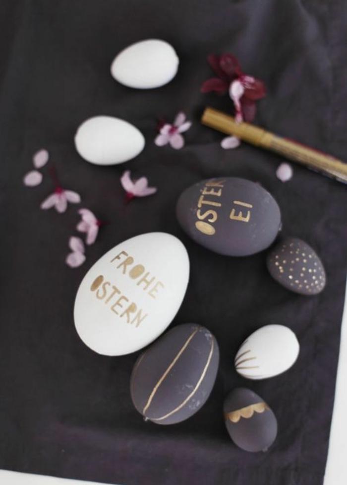 On aime colorer les oeufs pour la fête de Pâque noir et blanc