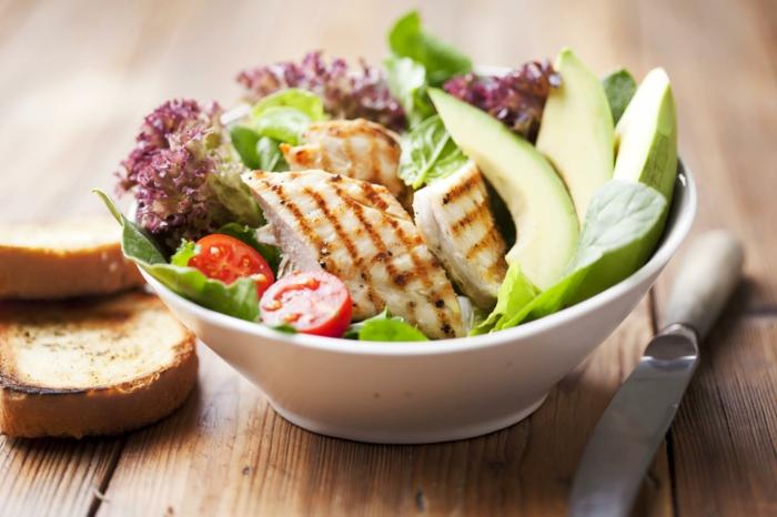 Salade composée originale pour buffet froid avec du poulet roti