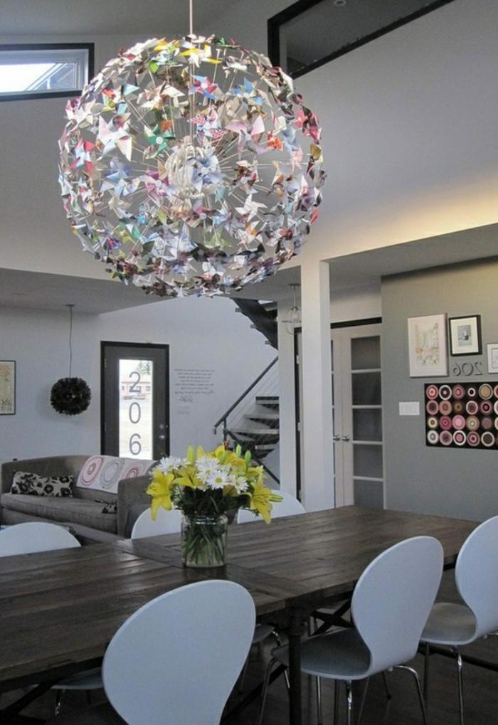 luminaire fait maison, grande boule en papier, abat-jour multicolore, salon blanc et gris