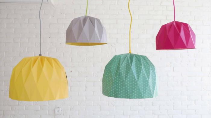 suspension origami, lampe en papier, murs en briques blancs, corde jaune, luminaire origami