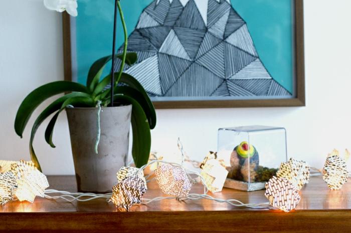 tuto origami, guirlande lumineuse en papier blanc et noir, fleur verte, peinture turquoise