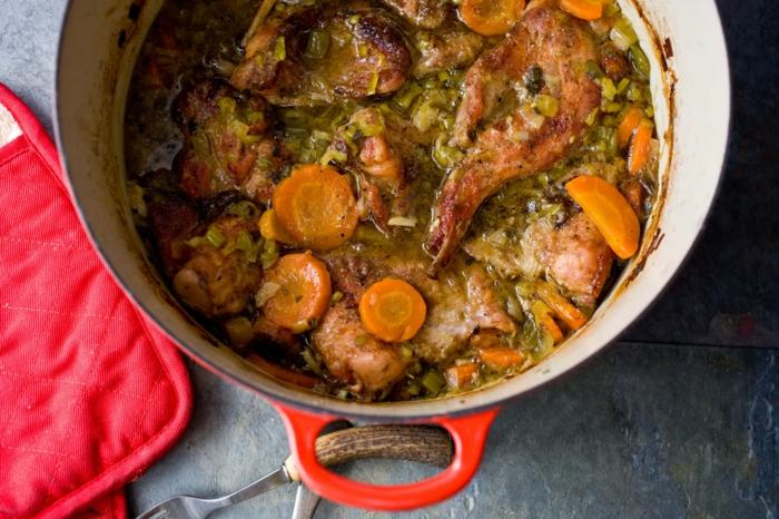 lapin à la moutarde avec des carottes, céleri, fines herbes et épices, idée de plat principal, menu de paques